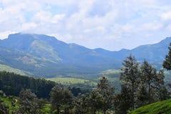 Błękitne góry z otwartym niebem i drzewami - Naturalny Krajobrazowy tło obrazy stock