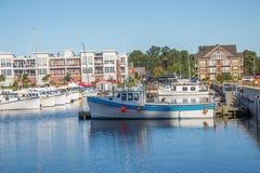 Błękitne i Białe łodzie rybackie w Błękitnym schronieniu Obrazy Royalty Free