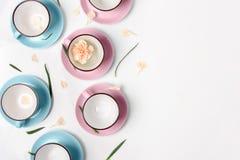 Błękitne i różowe filiżanki na białym tle Fotografia Royalty Free