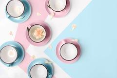 Błękitne i różowe filiżanki na białym tle Zdjęcia Stock