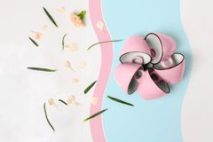 Błękitne i różowe filiżanki na białym tle Obrazy Stock