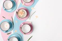Błękitne i różowe filiżanki na białym tle Zdjęcie Royalty Free