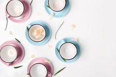 Błękitne i różowe filiżanki na białym tle Fotografia Stock