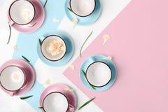 Błękitne i różowe filiżanki na białym tle Obraz Royalty Free