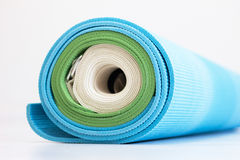 Błękitne i zielone joga maty i biel patka przekręcająca wpólnie obrazy royalty free