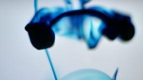 Błękitne 4k atramentu krople w Wodnej pętli zbiory wideo