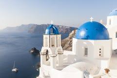 Błękitne kopuły w Oia, Santorini obraz stock
