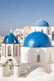 Błękitne kopuły w Oia wiosce zdjęcie stock