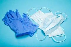 Błękitne lateks lekarki rękawiczki i medyczna maska zdjęcie stock