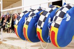 Błękitne nadmuchiwane tubki dla wodnych sportów Zdjęcia Stock
