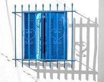 Błękitne nadokienne drewniane żaluzje na biel ścianie, Grecja Zdjęcie Royalty Free