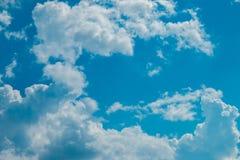 błękitne niebo błękit chmurnieje niebo biel Obrazy Stock