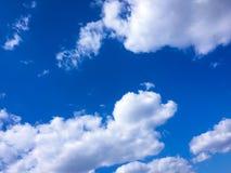 błękitne niebo białe chmury niebieskie niebo białe chmury Fotografia Royalty Free