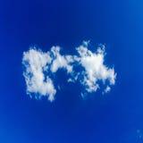 błękitne niebo białe chmury niebieskie niebo białe chmury Zdjęcie Royalty Free