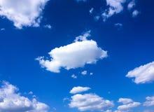 błękitne niebo białe chmury niebieskie niebo białe chmury Obraz Royalty Free