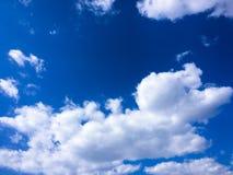 błękitne niebo Chmury niebieskie niebo białe chmury Zdjęcia Royalty Free