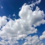 błękitne niebo Chmury niebieskie niebo białe chmury Obrazy Stock