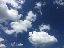 błękitne niebo Chmury niebieskie niebo białe chmury Obrazy Royalty Free
