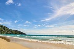 błękitne niebo naturalne tekstury grafiki projektu fale morskie zielone drzewa Jaskrawy piasek Fotografia Royalty Free