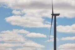 błękitne niebo, turbiny wiatr Czyści alternatywną energię odnawialną Zdjęcia Stock