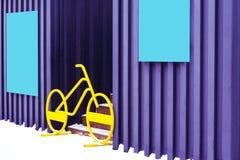 Błękitne osłony wieszają na garażach i bicyklu stojakach między schodki one i blokami wejście fotografia royalty free