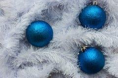Błękitne piłki i świąteczna biała śnieżna dekoracja jako dekoracja nowego roku i Wesoło bożych narodzeń Fotografia Stock