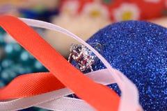 Błękitne piłki, kartka bożonarodzeniowa, zakończenie up, makro- Zdjęcia Stock