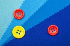 Błękitne próbki tkaniny tekstury szczegół i guzik Zdjęcia Royalty Free