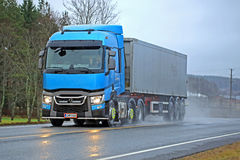 Błękitne Renault ciężarówki T Dostarczają na deszczowym dniu Fotografia Royalty Free