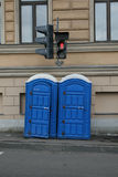 Błękitne toalety na ulicie Obrazy Stock