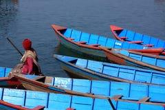 Błękitne Wioślarskie łodzie, Himalajski Phewa jezioro, Pokhara, Nepal Fotografia Royalty Free