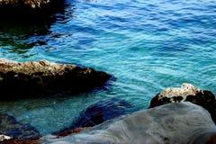 Błękitne wody Adriatycki morze myje niektóre kamienie zdjęcia royalty free