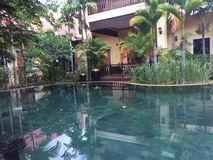 Błękitne wody basen z zielonymi drzewami obrazy stock