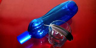 Błękitne wody butelka z dekorującą szkło zapasu fotografią zdjęcia royalty free