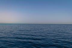 Błękitne wody Czerwony morze Egipt i opustoszały brzeg zdjęcie stock