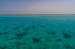 Błękitne wody Czerwony morze Egipt i opustoszały brzeg fotografia stock