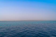 Błękitne wody Czerwony morze Egipt i opustoszały brzeg obraz stock