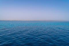 Błękitne wody Czerwony morze Egipt i opustoszały brzeg obrazy stock