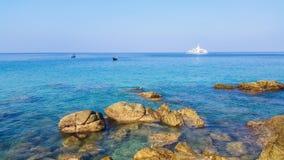 Błękitne wody i skały przy północnym wybrzeżem wyrzucać na brzeg Phuket Tajlandia Zdjęcia Royalty Free