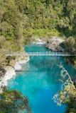Błękitne wody jezioro z zawieszenie mostem w tropikalnej dżungli obraz royalty free
