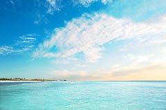 Błękitne wody morze i błękitne wody niebo z chmurami Zdjęcia Royalty Free
