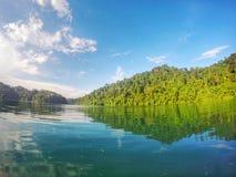błękitne wody & niebieskie niebo Zdjęcia Royalty Free