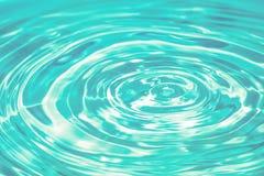 Błękitne wody opadowy spada puszek Abstrakcjonistyczny błękitny okrąg wody kropli ri Zdjęcia Stock