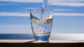 Błękitne wody płynie w szkło tworzy bąble i pluśnięcia zdjęcie wideo