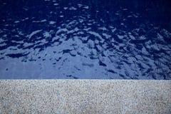 Błękitne wody pluskoczący tło w pływackim basenie Zdjęcia Stock