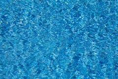 błękitne wody pluskocze teksturę w pływackim basenie Zdjęcia Stock