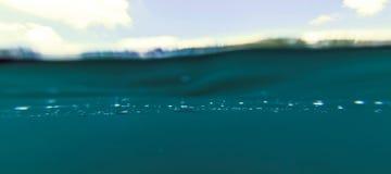 Błękitne Wody powierzchnia i niebo, Jeziorna Podwodna Rozszczepiona fotografia Nad i pod Waterline, kopia krajobraz fotografia royalty free