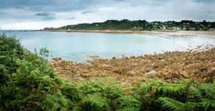 Błękitne wody skalista plaża Zdjęcia Royalty Free