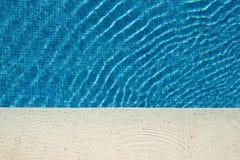 Błękitne wody w basenie z słońcem obrazy royalty free
