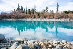 Błękitne wody w jeziornym Tekapo Zdjęcie Stock